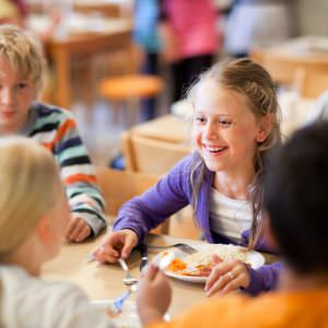 lena_granefelt-children_eating_at_the_school_diner-920